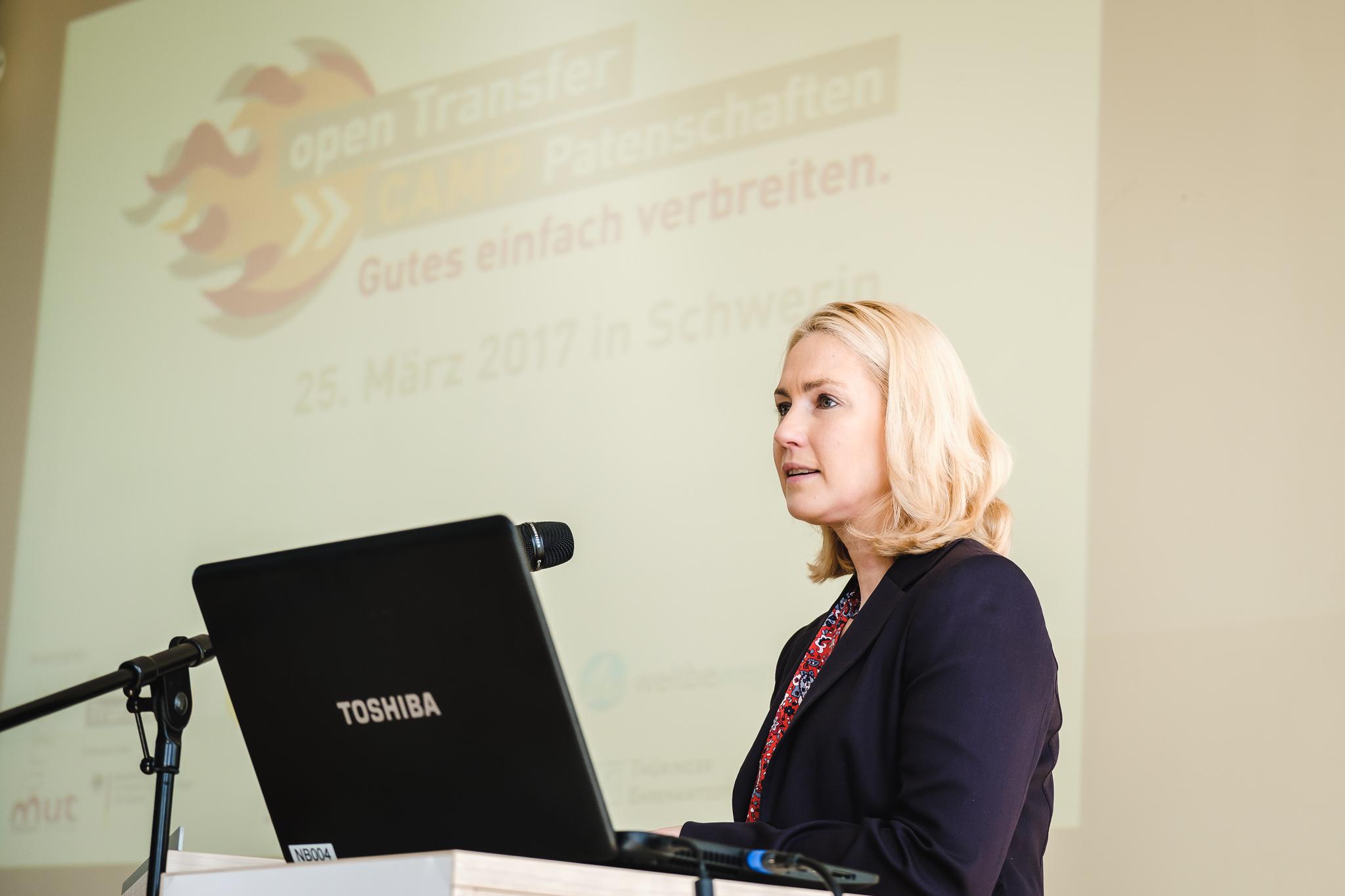 Bundesfamilienministerin Manuela Schwesig bei der Eröffnung des openTransfer CAMP Patenschaften am Rednerpult.