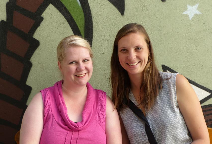 zwei Frauen vor buntem Hintergrund