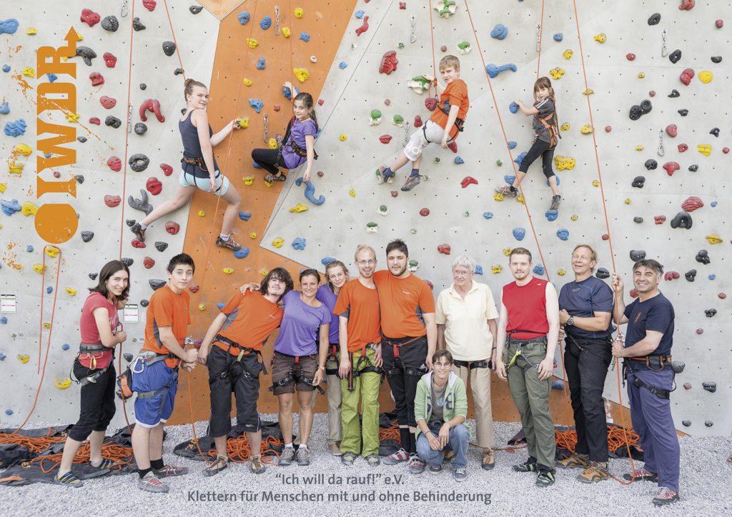 Verschiedene Menschen, alt und Jung, mit und ohne Behinderunf stehen vor einer Kletterwand oder sind an der Wand.