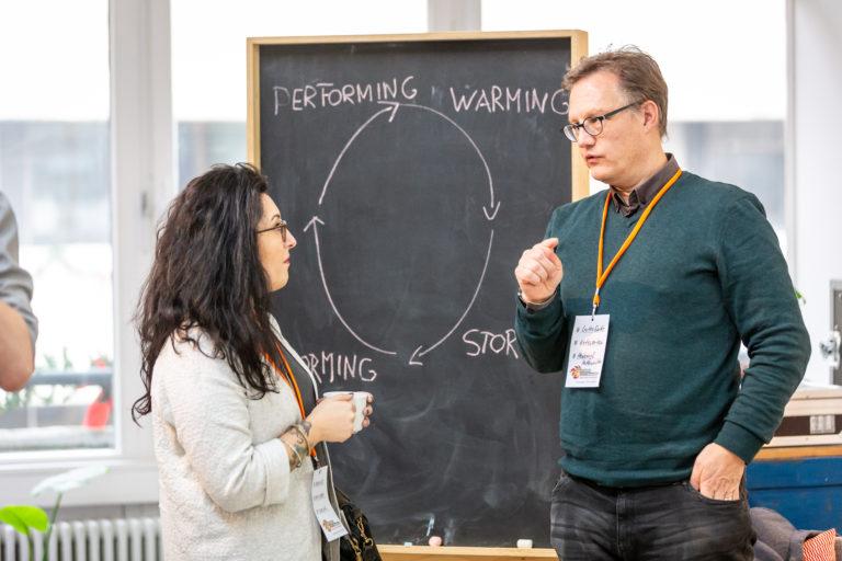 Sessiongeber Florian Stenzel mit einer Teilnehmerin