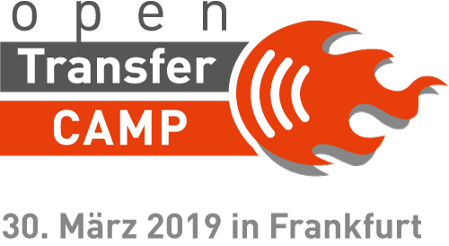 Links der Schriftzug openTransfer CAMP, rechts eine orangene Barcamp-Flamme