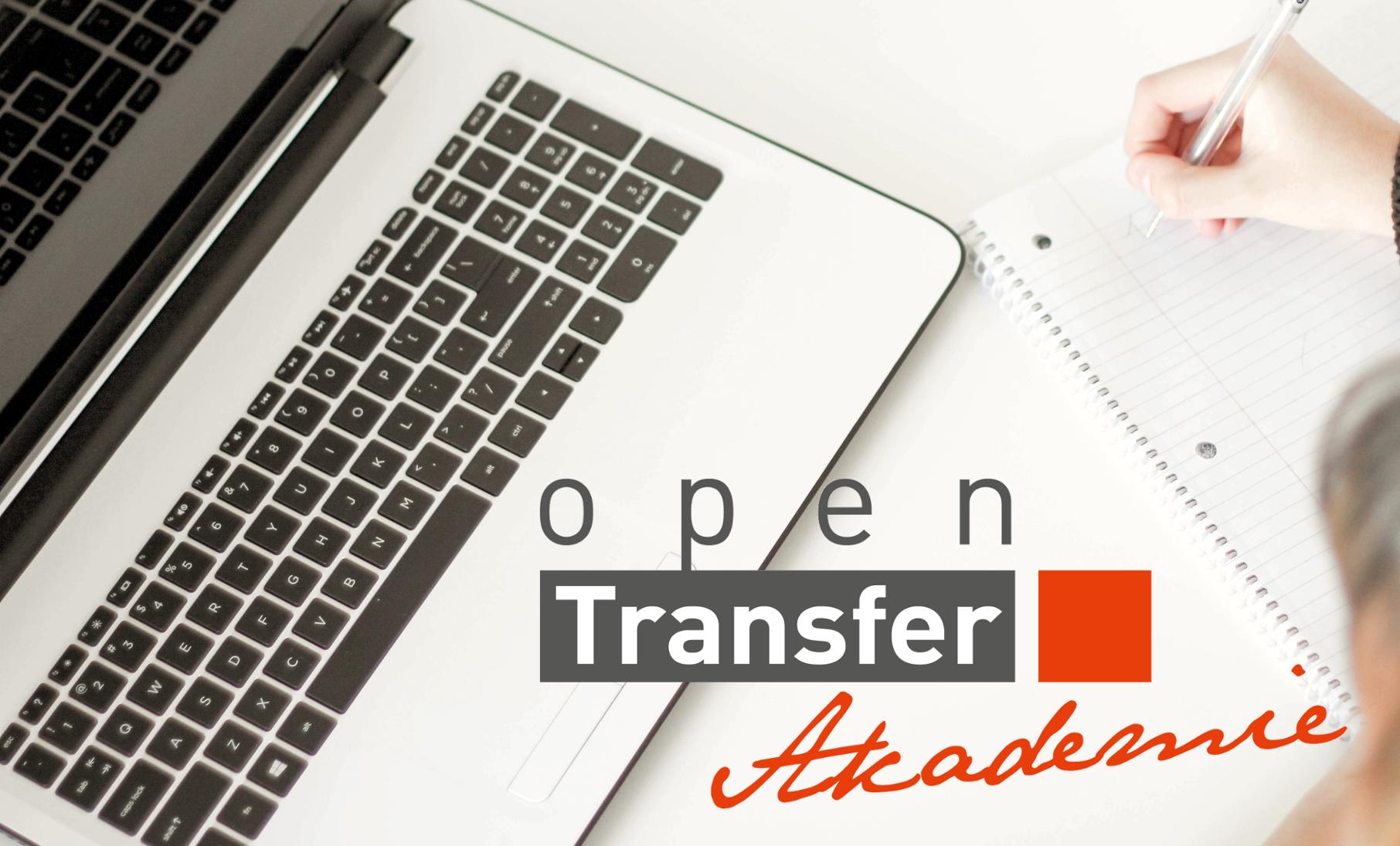 Links im Bild ein aufgeklappter Laptop, rechts eine Person, die sich auf einem Blatt Papier Notizen macht, davor das Logo der openTransfer Akademie