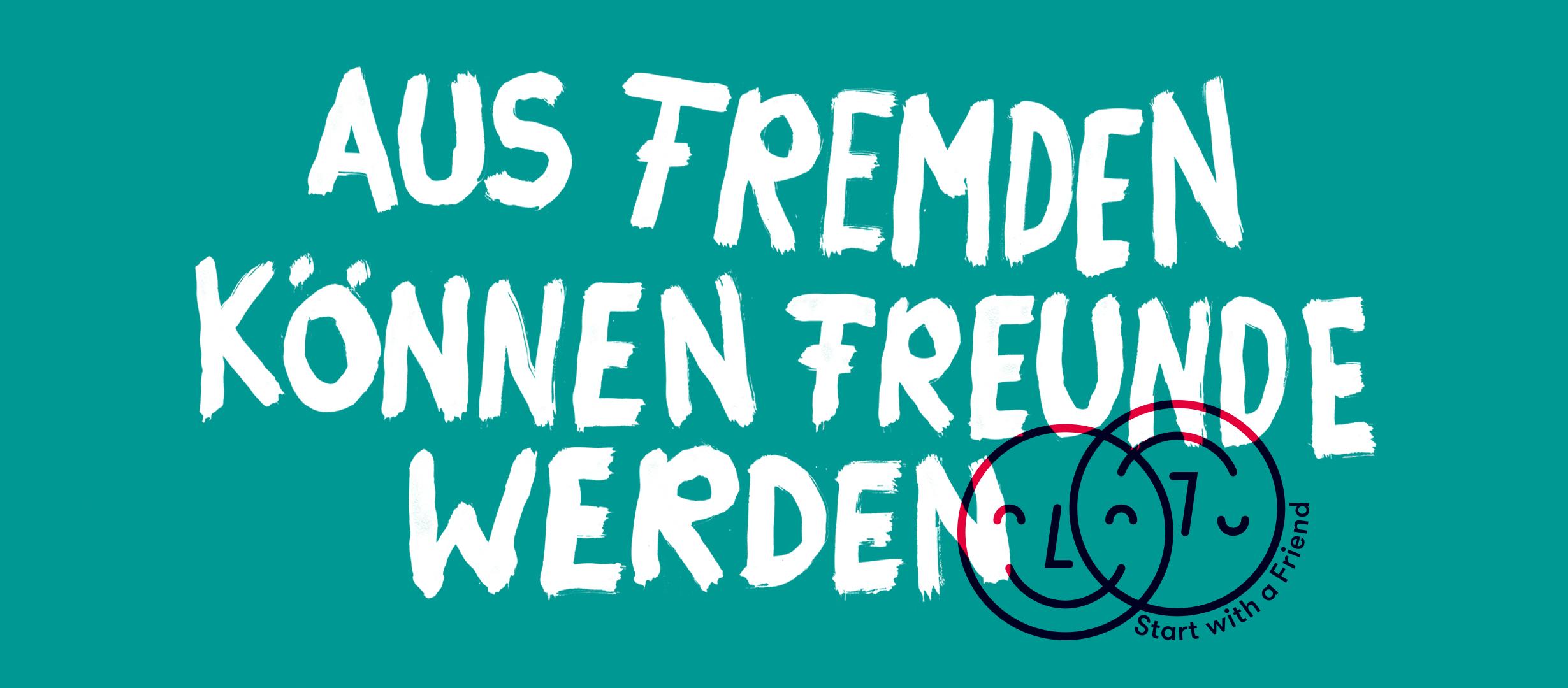 """Ein Plakat mit dem Schriftzug """"Aus Fremden können Freunde werden"""""""