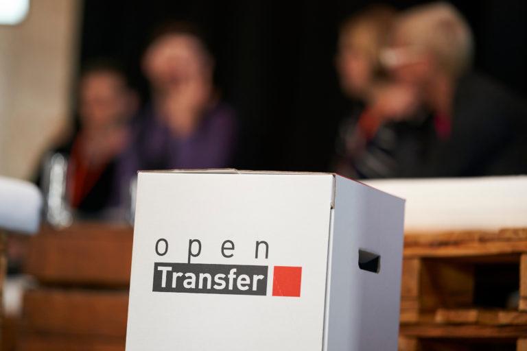 Ein Papphocker mit dem Logo von openTransfer drauf