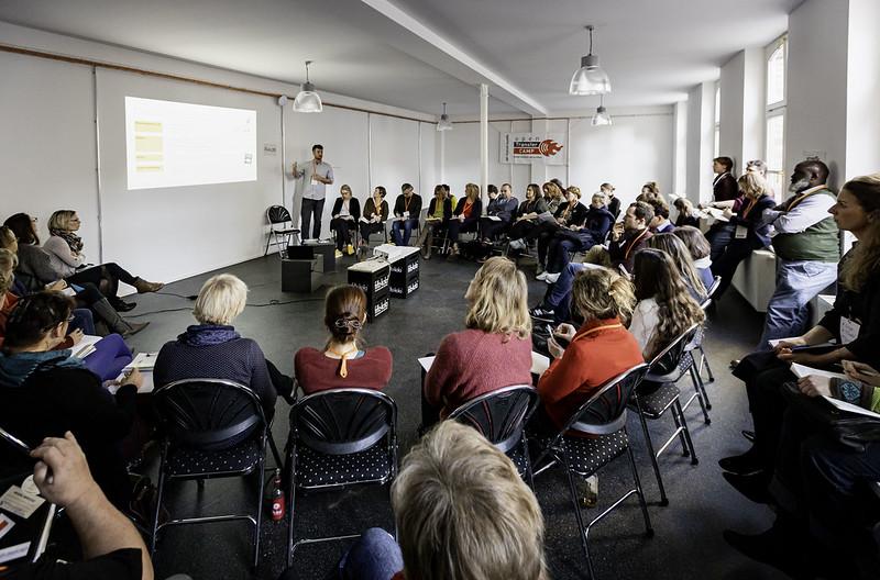 Ein Seminarraum mit einem Referenten und einem großen Stuhlkreis