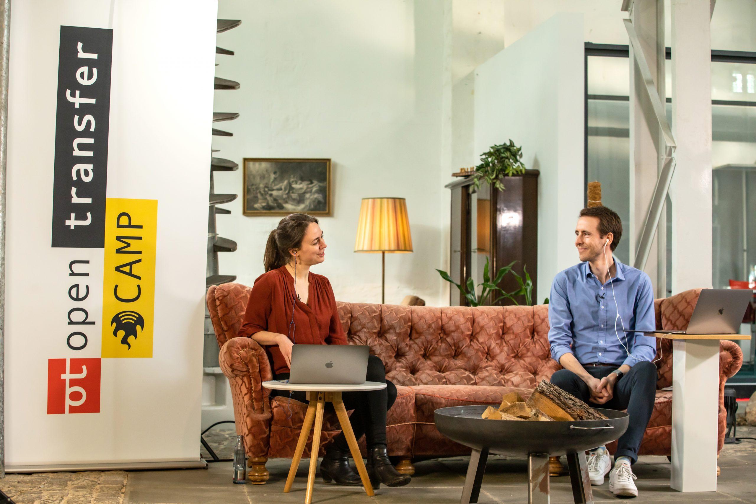 Nora und Sebastian sitzen auf einer Couch während des openTransfer Barcamps #Zukunft in Braunschweig.