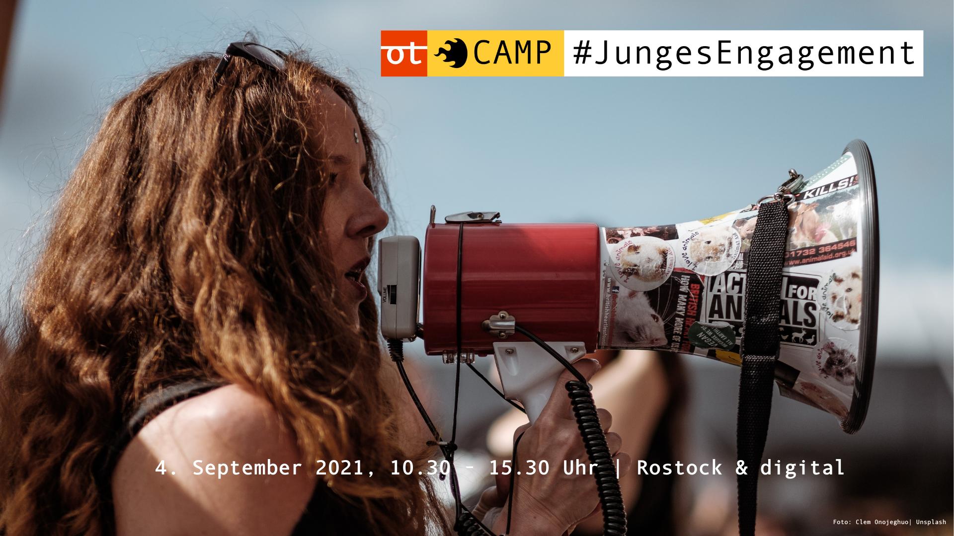 Man sieht eine junge Frau im Profil, die in ein Megafon spricht. Text:openTransfer CAMP #JungesEngagement am 4. September 2021, 10.30 - 15.30 Uhr, in Rostock und digital